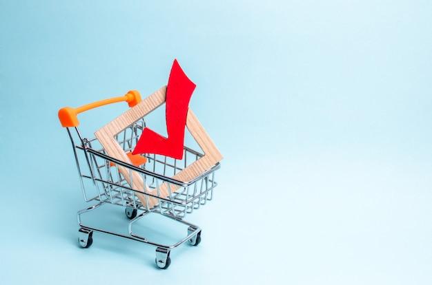 Hölzernes häkchen für die abstimmung über wahlen in einem supermarktwagen. interessenvertretung