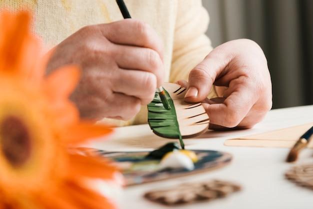 Hölzernes handgemachtes gemaltes blatt der nahaufnahme