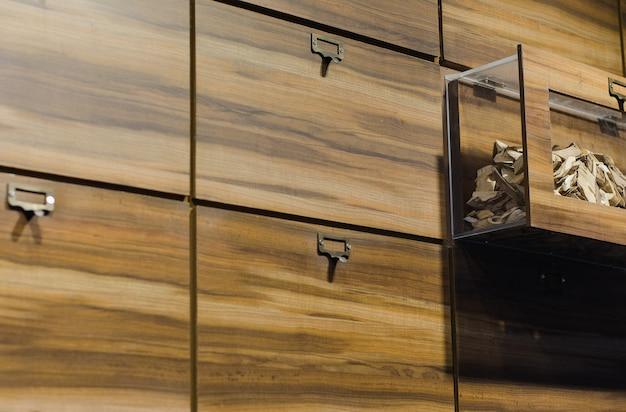 Hölzernes kabinett im alten chinesischen kräuterspeicher