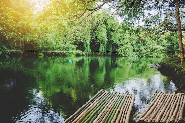 Hölzernes kleines floß, das auf kanal schwimmt. natürliches reisekonzept