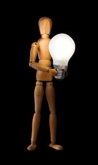 Hölzernes mannequin, das glühlampe hält