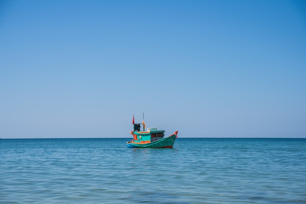 Hölzernes motorboot mit einer vietnamesischen flagge