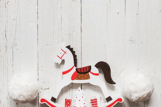 Hölzernes pferd mit großen schneebällen für weihnachten