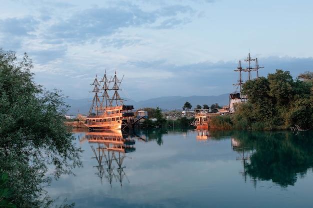 Hölzernes piratenschiff auf dem fluss monovgat truthahn das konzept von tourismus und unterhaltung