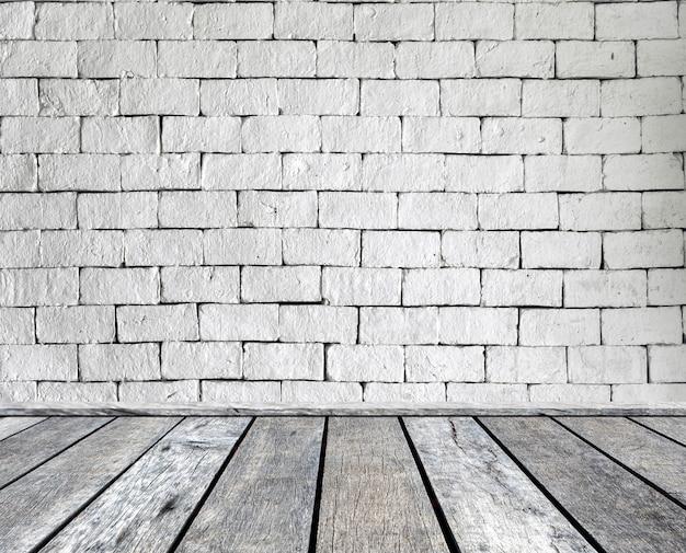 Hölzernes plankengrau auf backsteinmauer
