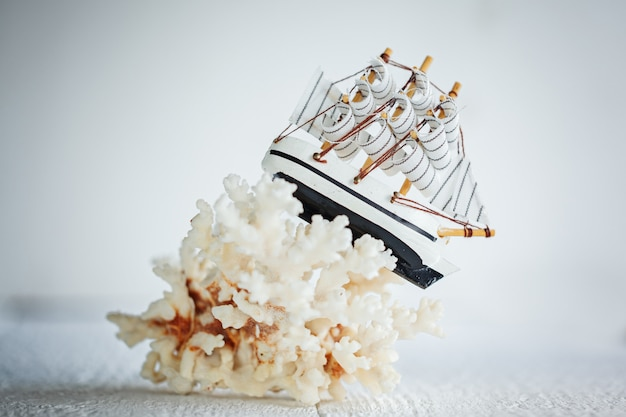 Hölzernes schiff auf weißem hintergrund.