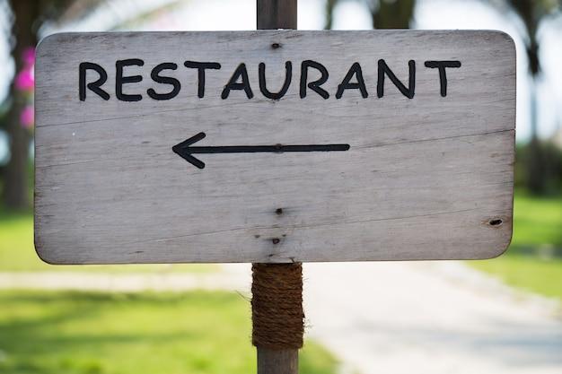 Hölzernes schild mit restaurantzeiger