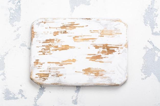 Hölzernes schneidebrett auf küchentisch