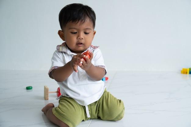 Hölzernes spielzeug des kleinen babyspiels am raum