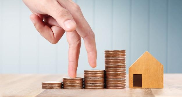 Hölzernes spielzeughaus hypothekeneigentum-ausgangskonzept, das für familie kauft