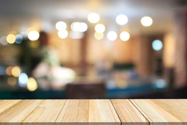 Hölzernes und unscharfes café der perspektive mit bokeh hellem hintergrund.