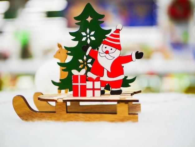 Hölzernes weihnachts-retro-spielzeug für den handgefertigten weihnachtsbaum