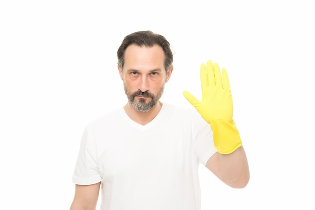 Hör auf, schmutzig zu werden. reifer mann trägt gummihandschuhe. mann, der nach hause putzt. pflegen sie ihre hände beim geschirrspülen. hand hautschutz. alltag mit häuslichen pflichten. er wird jede aufgabe bewältigen.