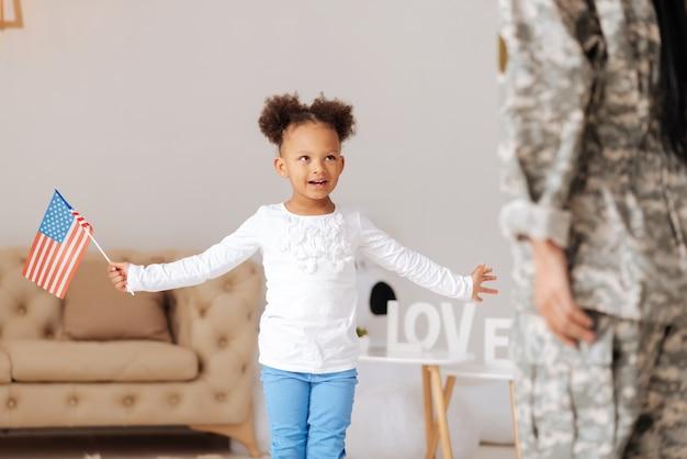 Hör dir das an. aufgeregtes talentiertes kleines kind, das ihrer mutter ein gedicht über ihre liebe erzählt, während sie sie zu hause trifft, nachdem sie einige monate weg war