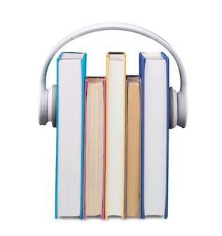 Hörbuchkonzept, bücher und kopfhörer im hintergrund