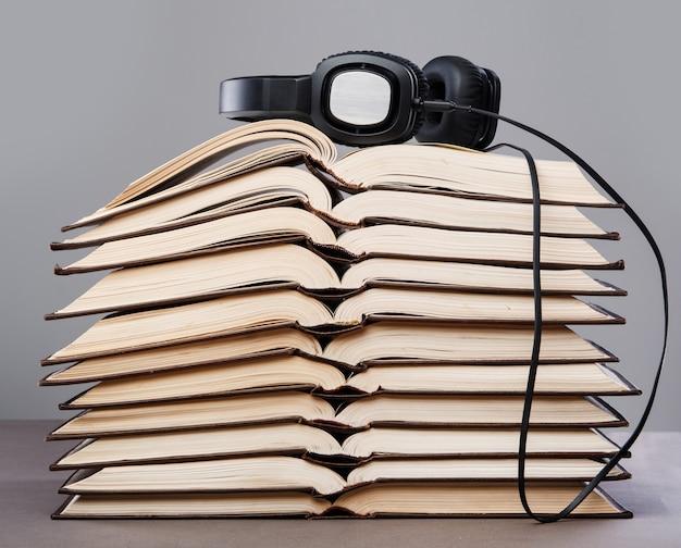 Hörbücher, kopfhörer auf buchstapel