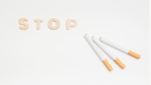 Hören sie auf, das konzept vorbei zu rauchen, das auf weißem hintergrund lokalisiert wird