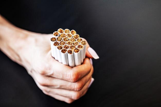 Hören sie auf, konzept auf hintergrund mit defekten zigaretten zu rauchen. haufen zigaretten. rauchen verboten