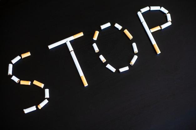Hören sie auf, konzept mit defekten zigaretten zu rauchen. haufen zigaretten. rauchen verboten
