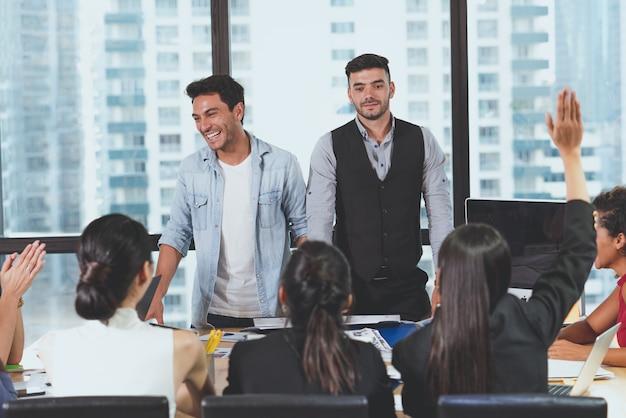 Hörende frage des führers mit zwei geschäftsmännern von den kollegen, nachdem anwesende diskussion zum neuen projektstart im büro getroffen worden ist geschäft team meeting presentation, planning business concept