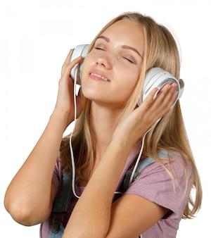 Hörende musik der jungen frau mit kopfhörern