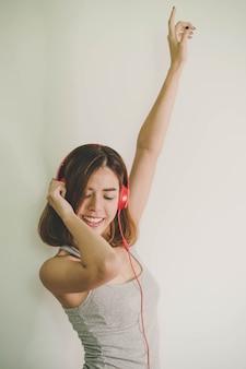 Hörende musik der jungen schönheit mit kopfhörern