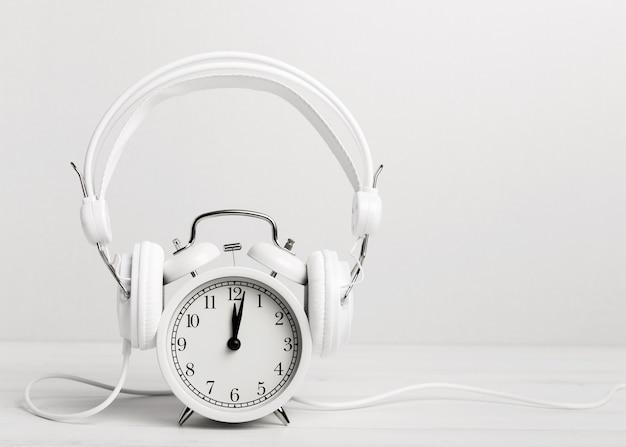 Hörende musik der weinleseuhr durch kopfhörer