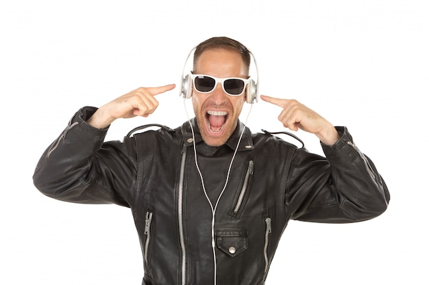 Hörende musik des aufgeregten kerls