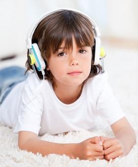 Hörende musik des entspannten jungen