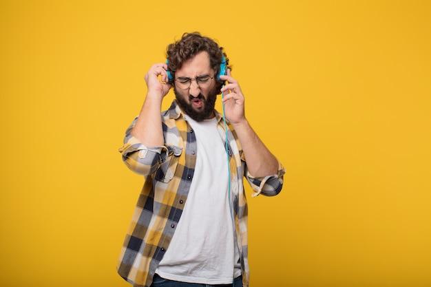 Hörende musik des jungen verrückten verrückten manndummkopfhalters mit kopfhörer
