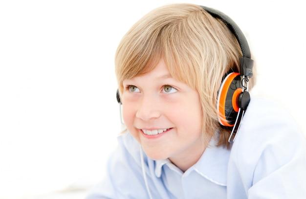 Hörende musik des jungen