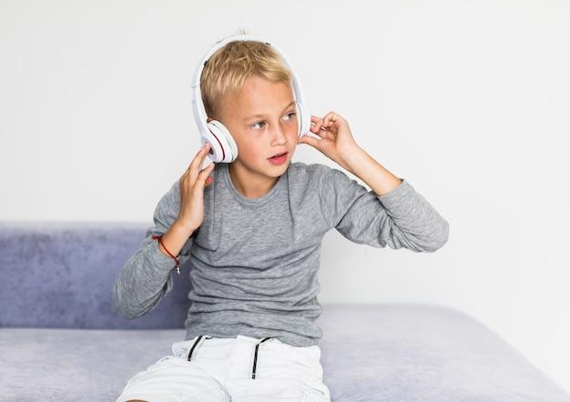 Hörende musik des kleinen jungen zu hause