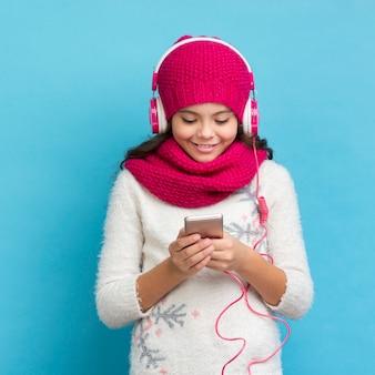 Hörende musik des kleinen mädchens der vorderansicht