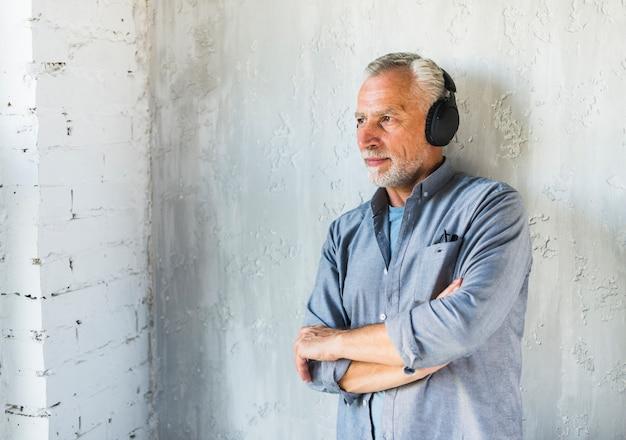 Hörende musik des mannes auf dem kopfhörer, der weg schaut