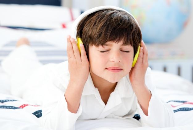 Hörende musik des netten jungen