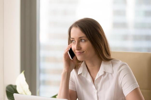 Hörende voicemailmitteilungen der attraktiven frau