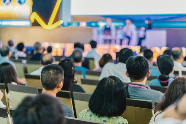 Hörende zuhörer redner auf der bühne im konferenzsaal oder im seminar