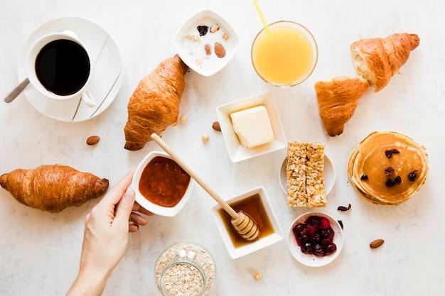 Hörnchen mit orangensaft und kaffee des marmeladenhonigs