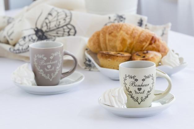 Hörnchen und eine tasse köstlichen kaffee, süditalienisches traditionelles süßes frühstück, süßer nachtisch