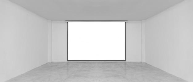 Hörsaal mit leerer weißer projektionswand