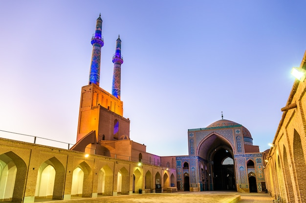 Hof der jame-moschee von yazd im iran. die moschee wird von zwei minaretten gekrönt, dem höchsten im iran.