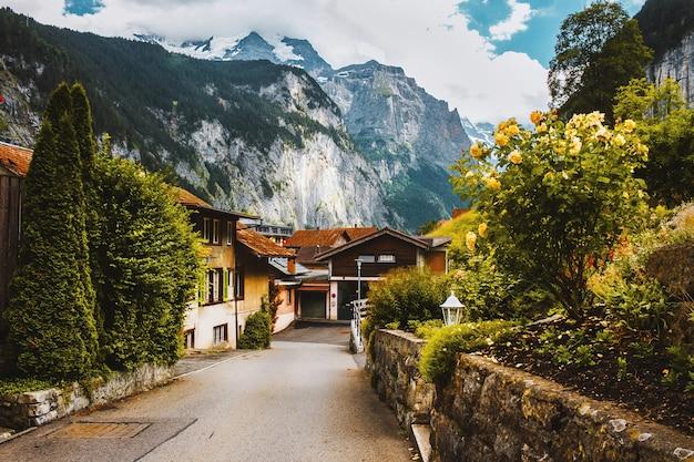 Hof mit garten und blumen in lauterbrunnental schweiz kleines dorf in den alpen