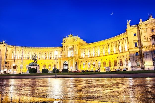 Hofburg schlossfassade und das denkmal für prinz eugen von savoyen, wien, österreich.