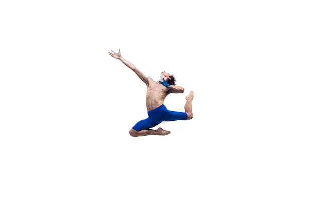 Hoffnung geben. männlicher moderner balletttänzer, kunst-contemp-performance, blaue und weiße kombination von emotionen. flexibilität, anmut in bewegung, aktion auf weißem hintergrund. mode und schönheit, artwork-konzept.
