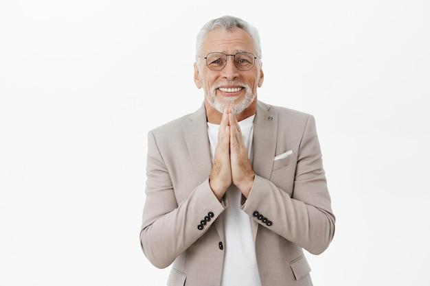 Hoffnungsvoller alter mann bettelt und bittet um hilfe