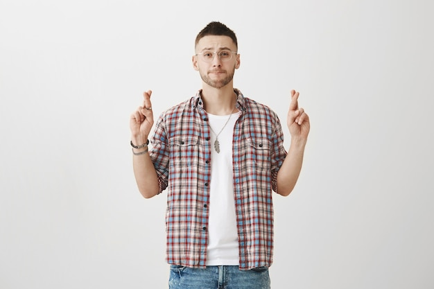 Hoffnungsvoller junger mann posiert