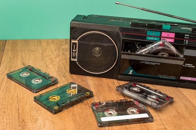 Hohe ansicht altmodische kassette und bänder