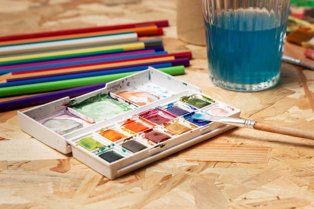 Hohe ansicht aquarellfarbe und bleistifte