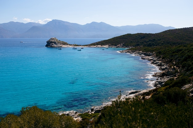 Hohe ansicht der erstaunlichen natur der insel korsika, frankreich, berge, türkisfarbener seestückhintergrund.