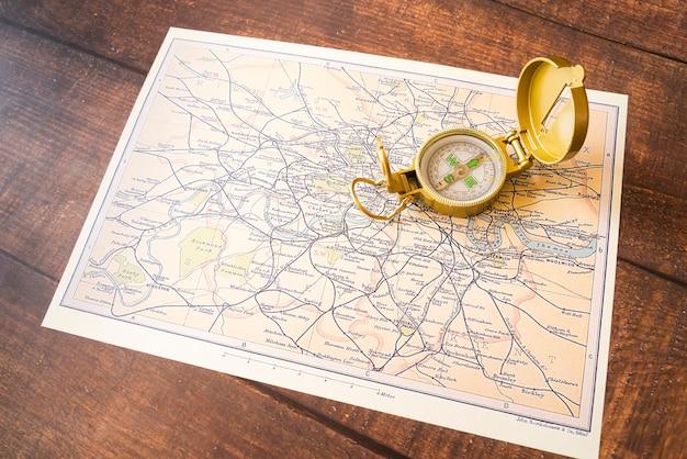 Hohe ansicht der kompass- und england-karte
